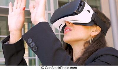 porter, femme affaires, vr, réalité virtuelle, dehors, lunettes protectrices, séduisant, éprouver