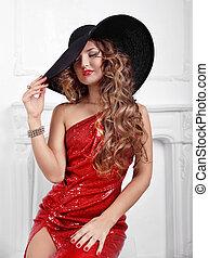 porter, femme, bouclé, beauté, longs cheveux, mode, hat., intérieur, portrait, robe, rouges