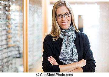 porter, femme, bras croisés, magasin, lunettes