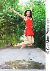 porter, femme, flaque, jeune, sauter, robe, rouges, heureux