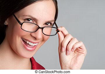 porter, femme heureuse, lunettes