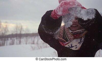 porter, femme, hiver, neigeux, nature, motion., jeune, noël, rotation, lent, dehors, amusement, heureux, chapeau, avoir, 1920x1080, autour de