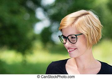 porter, femme, jeune, blonds, heureux, lunettes