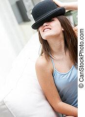 porter, femme, jeune, espiègle, chapeau joueur boules