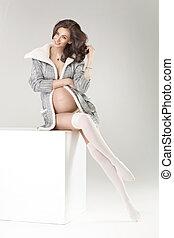 porter, femme, knee-lenght, pregnant, chaussettes, tendre