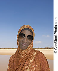 porter, femme, lunettes soleil, africaine
