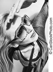 porter, femme, lunettes soleil