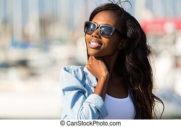 porter, femme, lunettes soleil, jeune, africaine