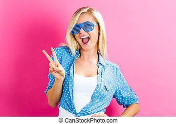 porter, femme, lunettes soleil, nuances, jeune, volet