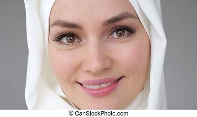 porter, femme, musulman, figure, regarder, sourire., appareil photo, closeup, hijab