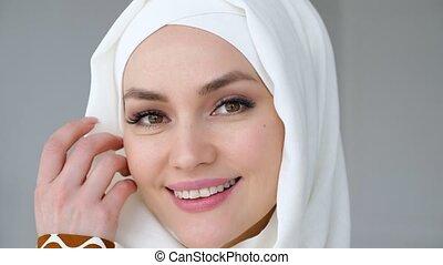 porter, femme, musulman, regarder, sourire., appareil photo, séduisant, hijab