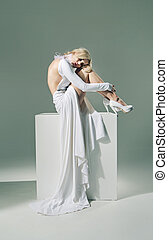 porter, femme, nue, moitié, robe blanche