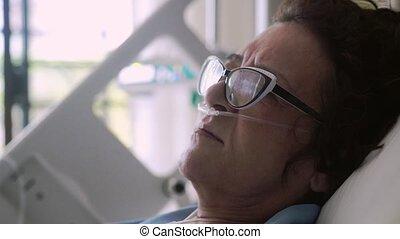 porter, femme, oxygène, 4k., hôpital, masque, haut, lit, drip., mensonges, lunettes, fin, vieilli