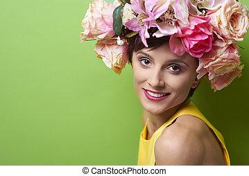 porter, floral, femme, jeune, guirlande