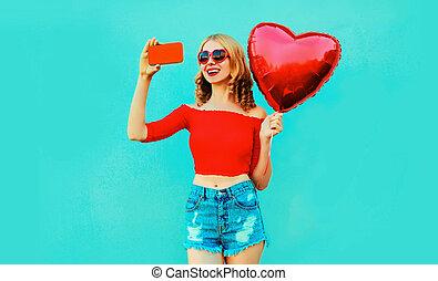 porter, fond, femme, short, balloon, beau, image, selfie, rouges, air, jeune, prendre, téléphone, formé, sourire, coloré, bleu, coeur