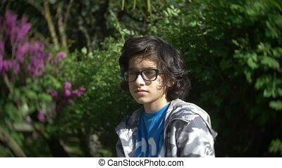 porter, garçon, lent, été, 4k., lunettes, regarder, appareil photo, portrait, mouvement, park.