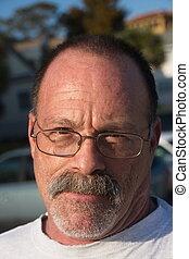 porter, gris, plus vieux, barbe, homme, moustache, lunettes