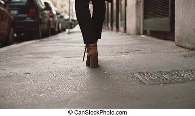 porter, gros plan, femme, city., chaussures, rue., motion., marche, lent, par, va, talons, élégant, girl, peu, vue