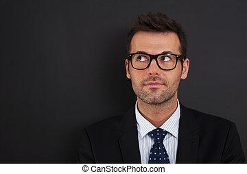 porter, haut, regarder, homme affaires, lunettes, beau