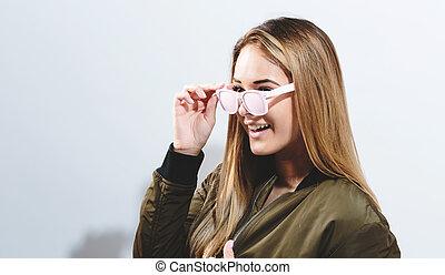 porter, hipster, girl, lunettes soleil
