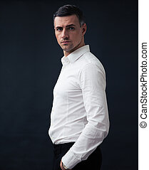 porter, homme affaires, chemise, songeur, portrait