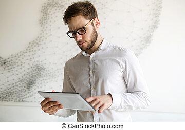porter, homme affaires, lunettes, tablette, utilisation