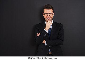 porter, homme affaires, sourire, lunettes, portrait