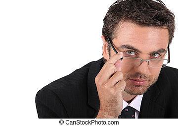 porter, homme, jeune, lunettes