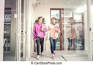 porter, hoodies, étudiants, couple, jean, aller, classe