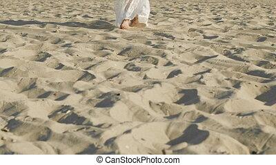 porter, jambes, sable, pieds nue, promenades, appareil photo, desert., plage, girl, ou, marche, long, femme, robe, motion., mer, blanc, lent
