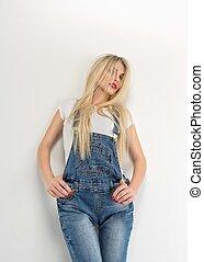 porter, jean, jeune, blonds, élégant, femme, portrait, salopette