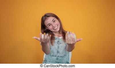porter, jeune, sur, femme, t-shirt, fond, émotions, orange, spectacles, blanc