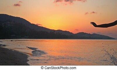 porter, lent, motion., bikini, exotique, courant, coucher soleil, girl, plage, excité heureux