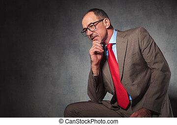 porter, loin, regarder, élégant, mûrir, homme affaires, lunettes