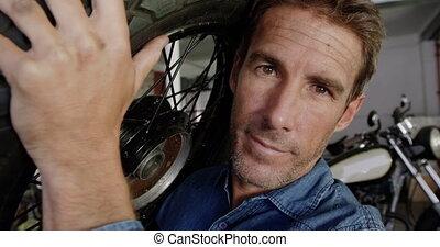 porter, mâle, réparation, motocyclette, roue, mécanicien, 4k, garage