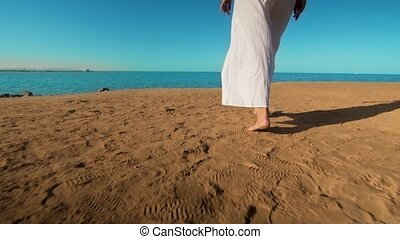 porter, marche, pieds nue, robe, long, caucasien, mer sable, blanc, jambes, plage, girl