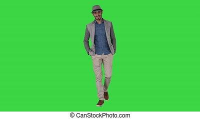 porter, marche, touriste, chroma, jeune, écran, vert, key., poches, mains, homme, chapeau, asiatique