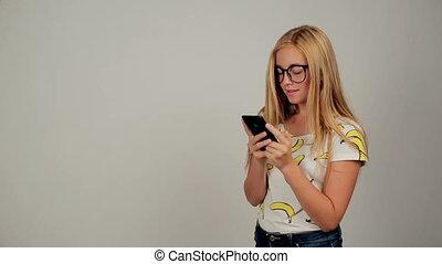 porter, mignon, femme, elle, texting, jeune, téléphone, studio, lunettes