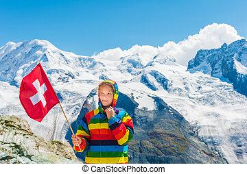porter, mignon, peu, coloré, arc-en-ciel, glacier, drapeau, manteau, debout, suisse, clair, gornergrat, tenue, devant, suisse, girl