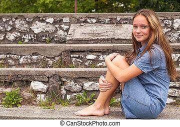 porter, mignon, pierre, séance, jeune, park., étapes, girl, chapeau