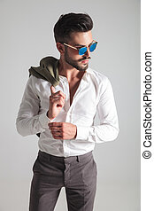 porter, mode, lunettes soleil, loin, jeune, regarde, côté, homme