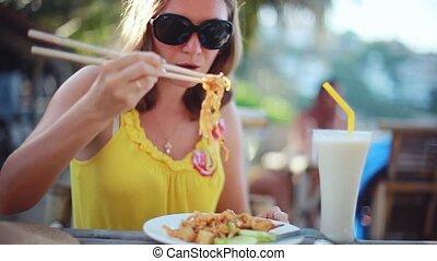 porter, oeufs, manger, vues, scénique, séance, jeune, nourriture., élégant, femme, nouilles, sea., frit, tampon, lunettes soleil, café, thaï, heureux