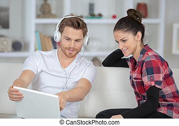 porter, ordinateur portable, pointage homme, casque