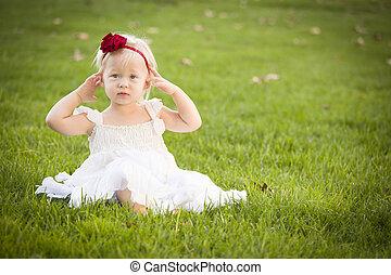 porter, peu, robe, champ, blanc, herbe, adorable, girl