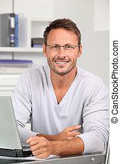 porter, portrait, beau, lunettes, homme