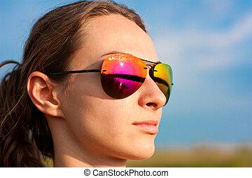 porter, portrait, girl, lunettes soleil, dehors