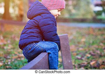 porter, rigolote, barrière, sur, ensoleillé, veste, chaud, enfant, montée, chapeau, jour