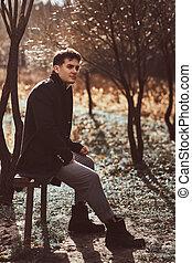 porter, séance, manteau, jeune, banc, automne, forêt noire, homme