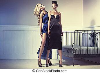 porter, soir, deux, surprenant, robes, femmes