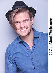 porter, sourires, jeune, heureux, chapeau, homme